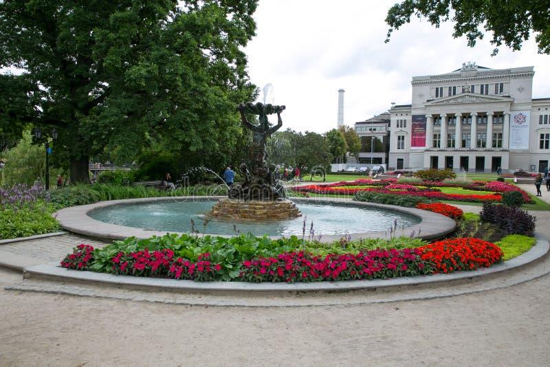 Opéra letton avec la fontaine et le jardin Riga, Lettonie Fleurit a photo libre de droits