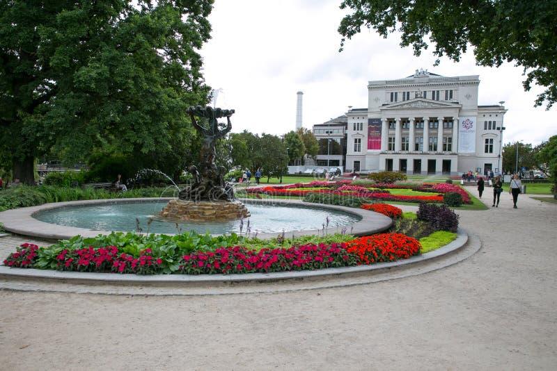 Opéra letton avec la fontaine et le jardin Riga, Lettonie Fleurit a images stock