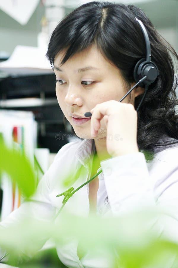 Opérateur chinois avec l'écouteur photographie stock libre de droits