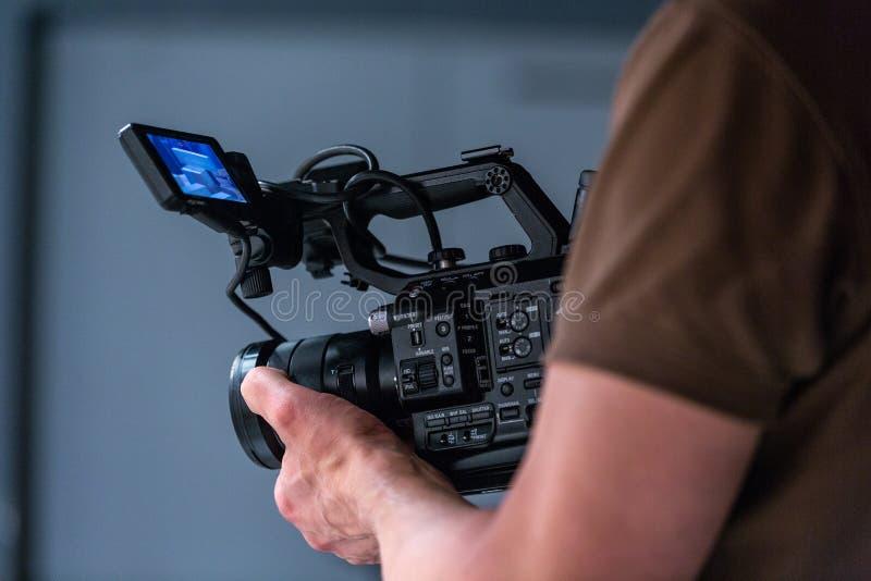 Opérateur d'appareil-photo travaillant avec un appareil-photo de cinéma photographie stock