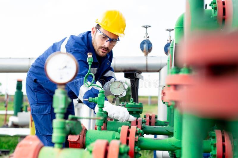 Opérateur dans l'industrie de production de gaz naturel photographie stock