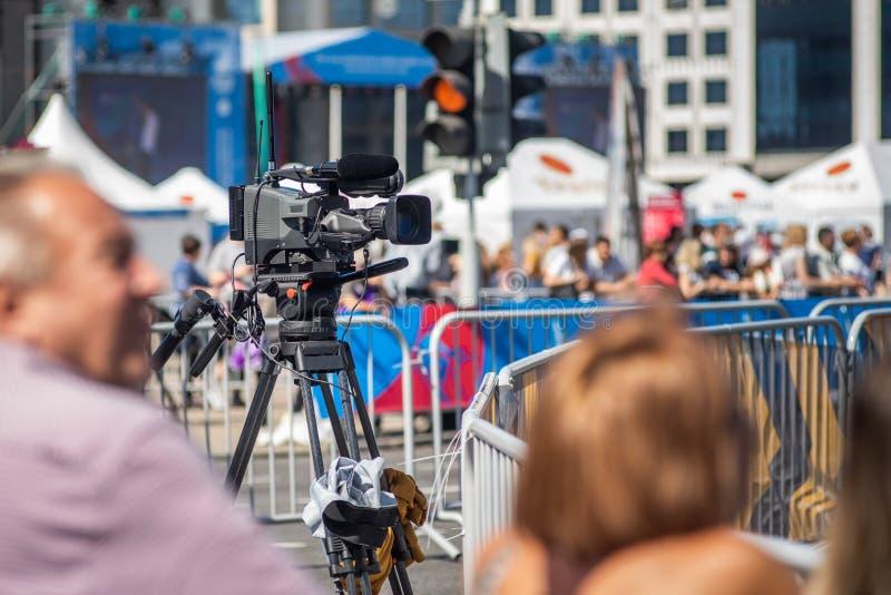 Opérateur de caméra de télévision à l'événement vivant photos stock