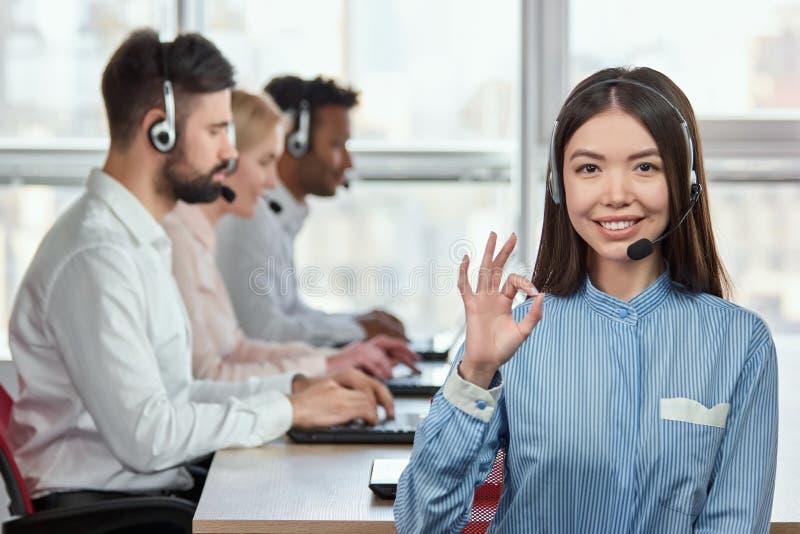 Opérateur de centre d'appels avec le geste correct de signe de main photo stock