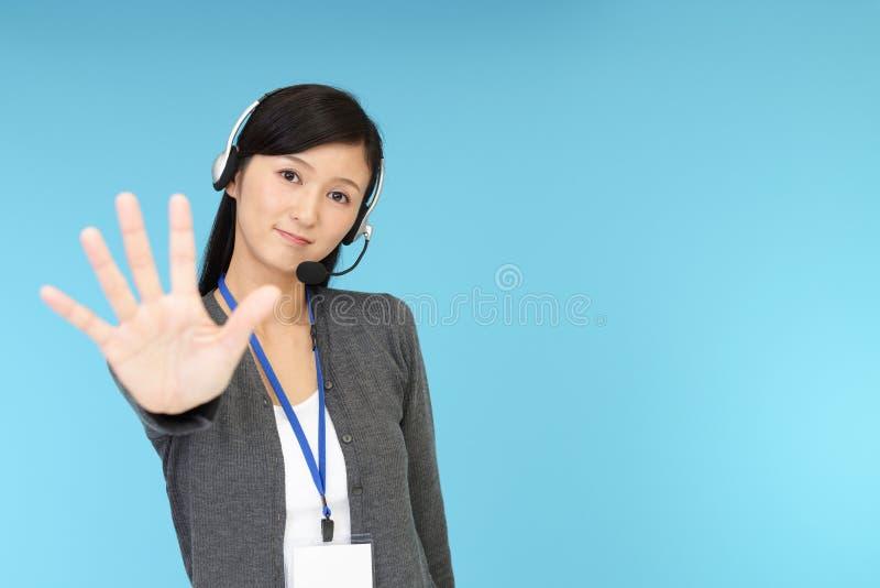 Opérateur de centre d'appels faisant le signe d'arrêt photo stock