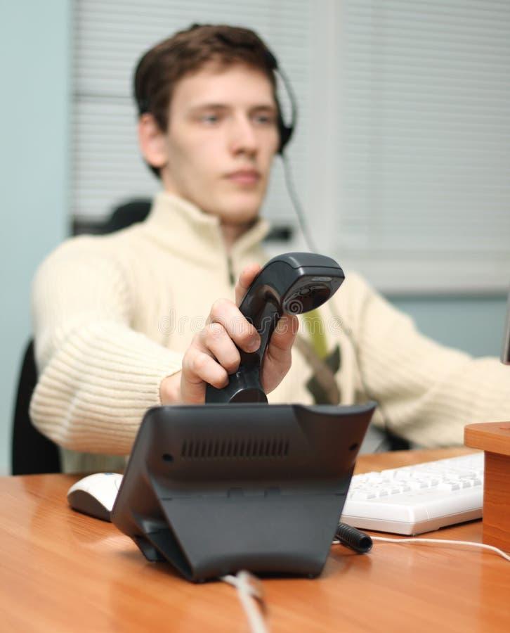 Opérateur de centre d'attention téléphonique répondant à un appel image libre de droits