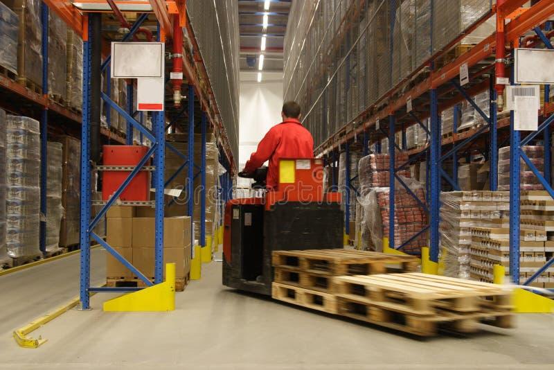 Opérateur de Forkift dans l'entrepôt images libres de droits