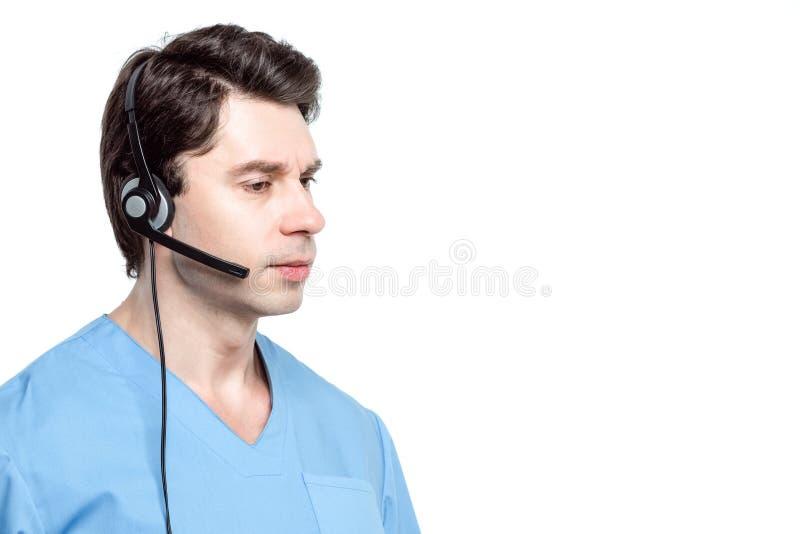 Opérateur de l'homme médical de centre d'appels d'isolement sur le blanc images libres de droits