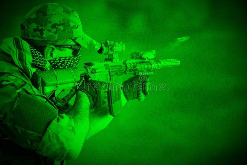 Opérateur de Private Military Company avec le fusil d'assaut Vue par la vision nocturne images libres de droits