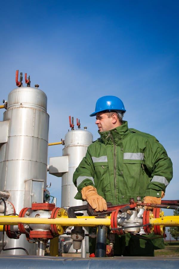 Opérateur de production de gaz image stock
