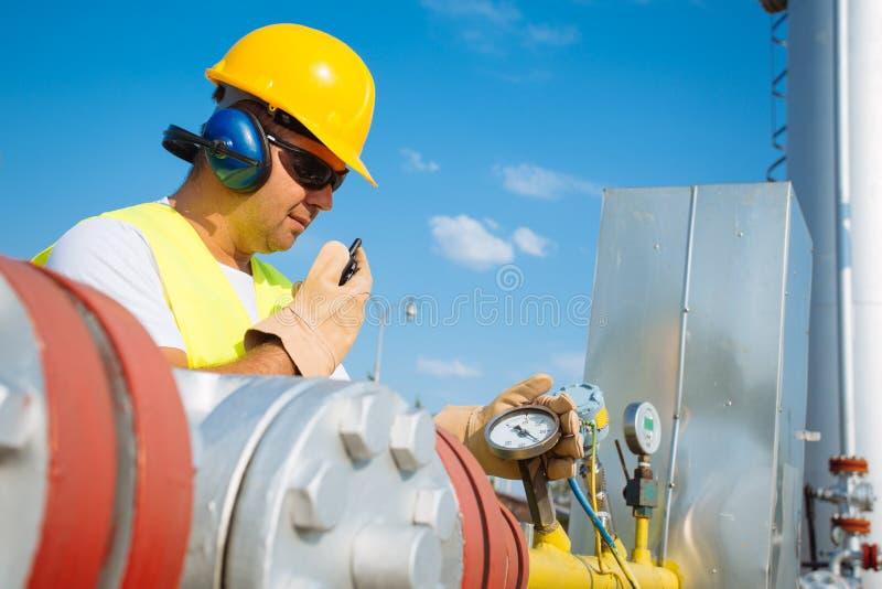 Opérateur de production de gaz images libres de droits