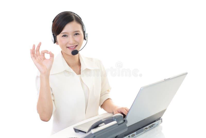 Opérateur de sourire de centre d'attention téléphonique photo libre de droits