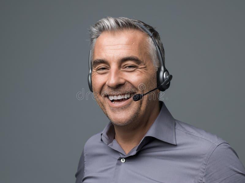 Opérateur de sourire de téléphone de support à la clientèle image stock