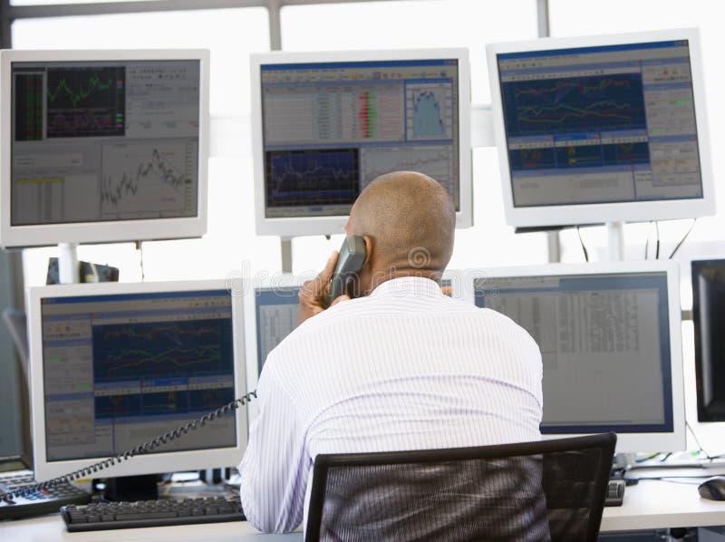 opérateur en bourse de téléphone image stock