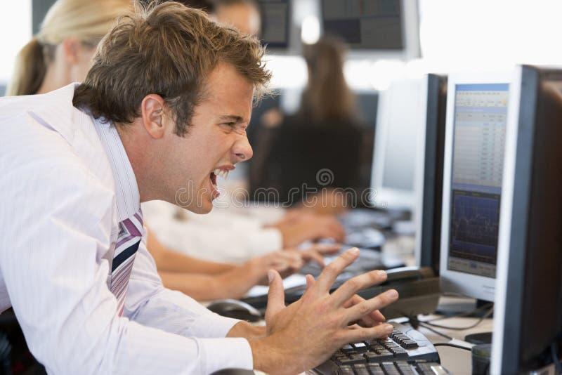 opérateur en bourse frustrant images stock