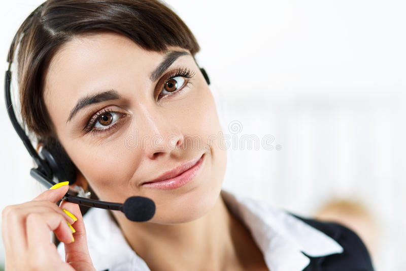 Opérateur féminin de service de centre d'appels photographie stock libre de droits