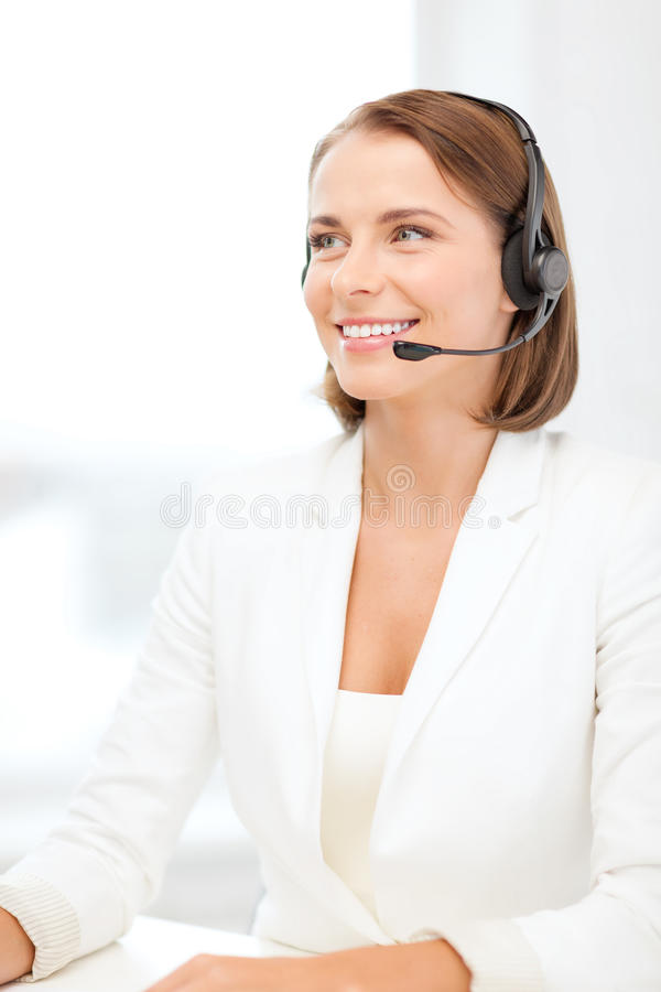 Opérateur féminin de sourire de service d'assistance avec des écouteurs photographie stock