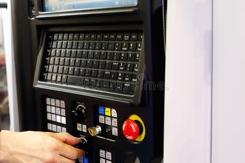 Opérateur travaillant avec la machine de tour de commande numérique par ordinateur images libres de droits