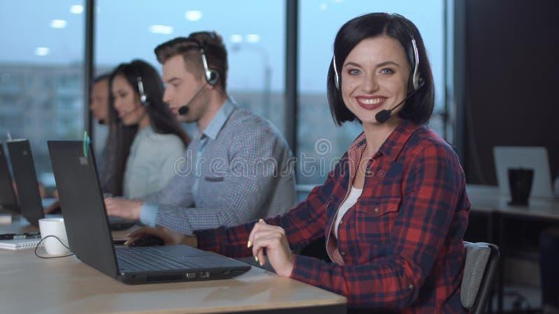 Opérateurs de centre d'appels au travail photos stock