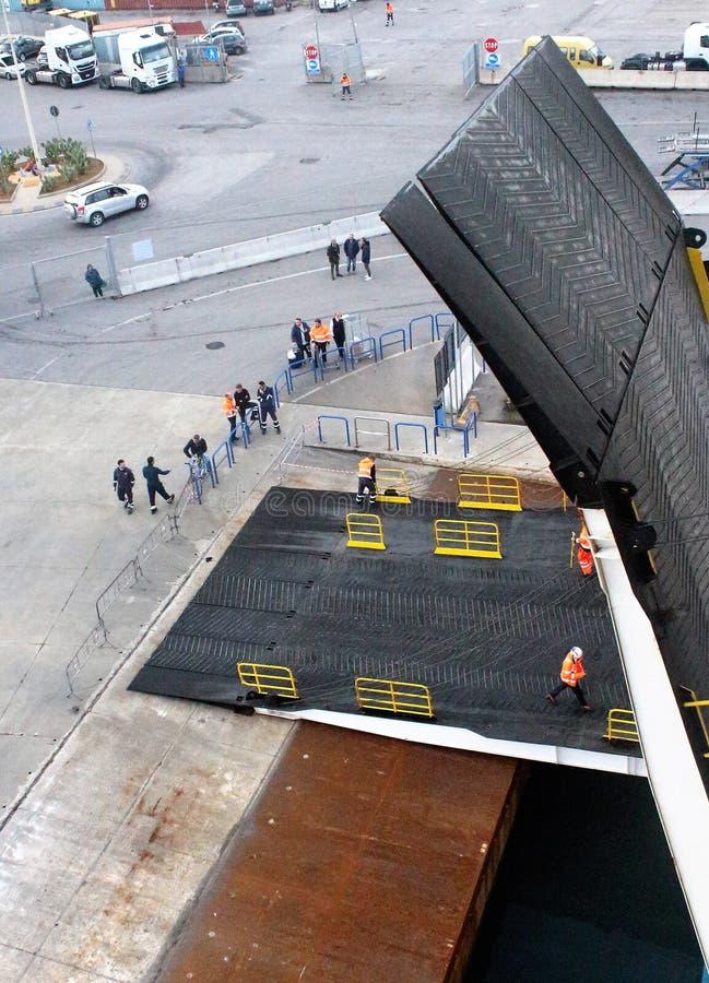 Opération d'ouvrir le pont mobile de ferry de croisière après accouplement photos libres de droits