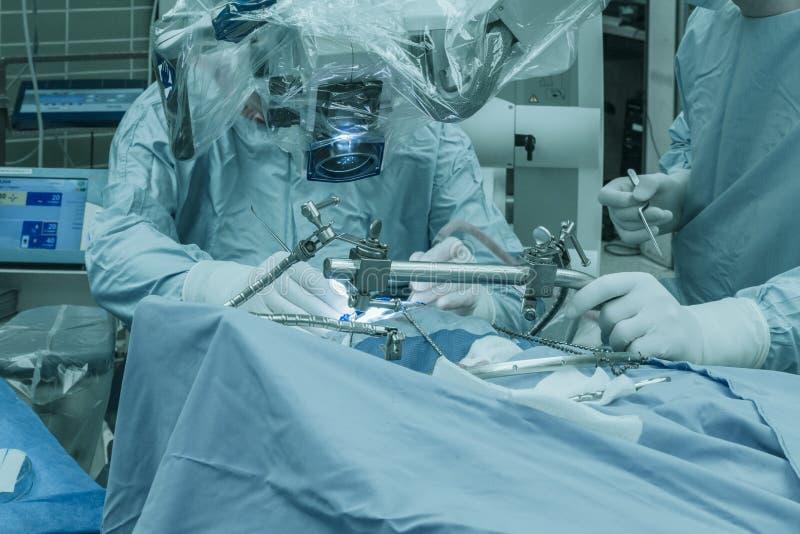 Opération d'une tumeur cérébrale image stock