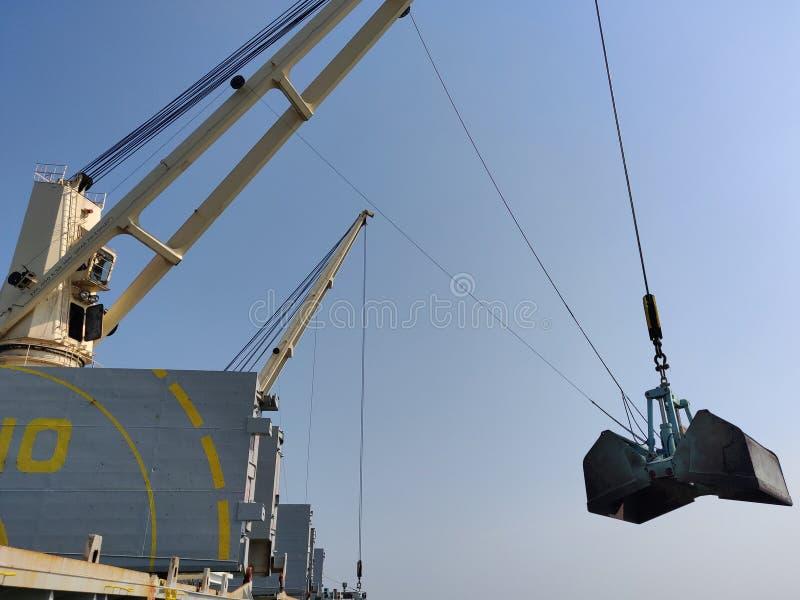 Opération de décharge ou de chargement sur le bateau en vrac image stock