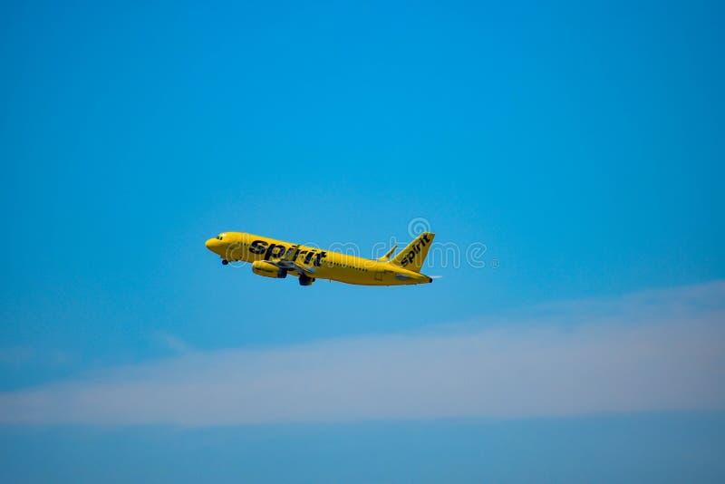 Opérations bancaires d'avions de Spirit Airlines laissées après le décollage d'Orlando International Airport chez Orlando Interna photo libre de droits