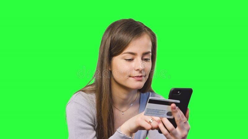 Opérations bancaires en ligne utilisant Smartphone photographie stock libre de droits