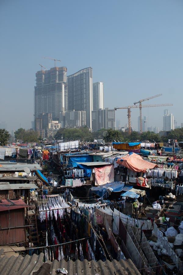 Opérations de blanchisserie comme laver et accrocher pour sécher dans Dhobi Ghat, Mumbai images libres de droits