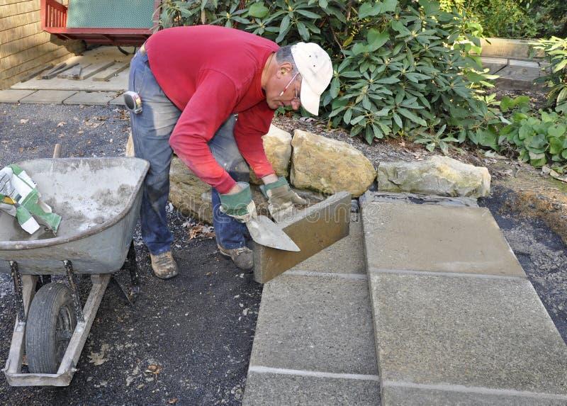 Opérations de patio de construction d'homme images stock