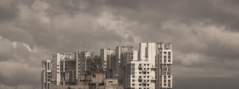 Opóźnienie monsunu deszczowego dnia miasto Ciężkie Burzowe podeszczowe chmury nad w górę highrise Burze i zmrok monsunów typowy n zdjęcia stock