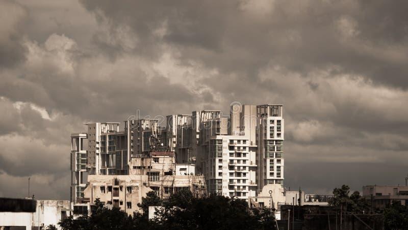 Opóźnienie monsunu deszczowego dnia miasto Kolkata, Bengalia India Ciężkie Burzowe podeszczowe chmury nad w górę highrise Burze i zdjęcie stock