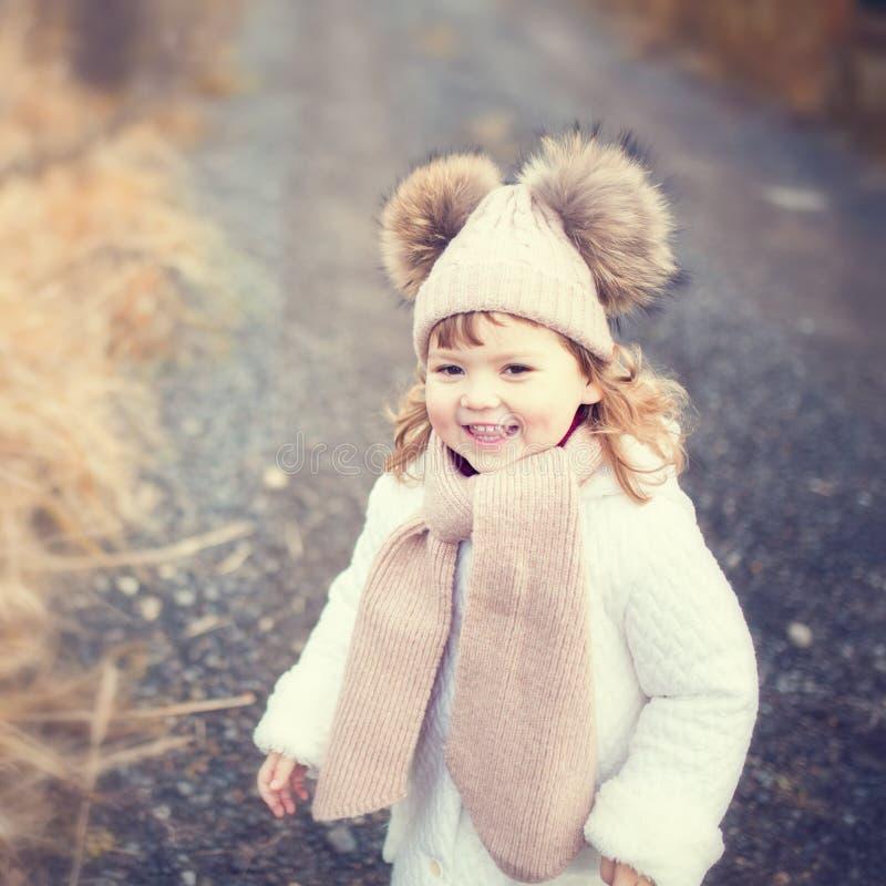 Opóźniona jesień, szczęśliwy berbeć dziewczyny chodzić plenerowy obraz stock