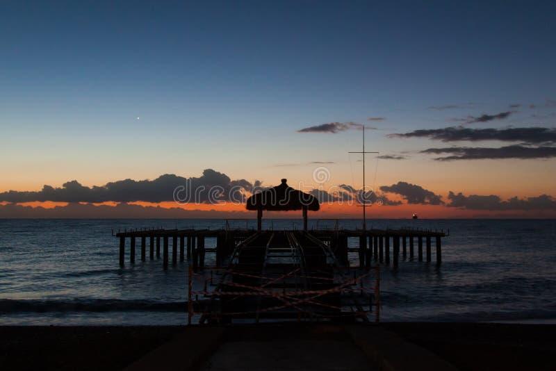 Opóźnionego wieczór molo na plaży fotografia stock
