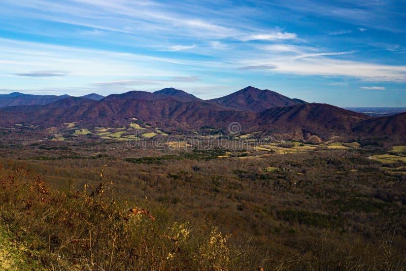 Opóźniony jesień widok szczyty Wydrowa i Gęsia zatoczki dolina obrazy stock