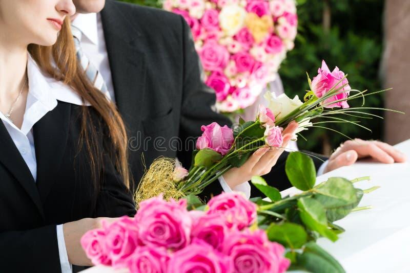 Opłakiwać ludzi przy pogrzebem z trumną fotografia royalty free
