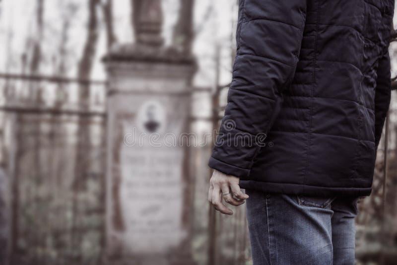 Opłakujący mężczyzna w cmentarzu, żalu, smuceniu dla odjeżdżających rodzimych ludzi pojęć przy, i obraz royalty free