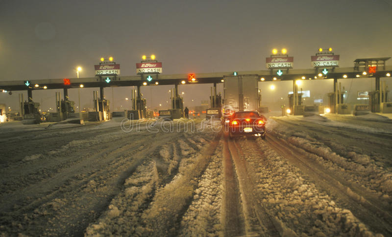 Opłaty drogowa brama w Nowym - bydło po zima śnieżycy i śnieg przy nocą dużo zdjęcie stock