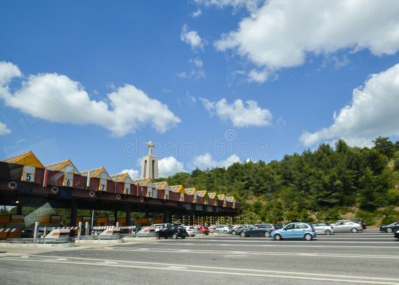 Op?aty drogowej stacja przy wej?ciem 25th Kwietnia most mi?dzy Lisbon i Almada, Portugalia Samochody przechodzi przez wynagrodzen zdjęcia stock