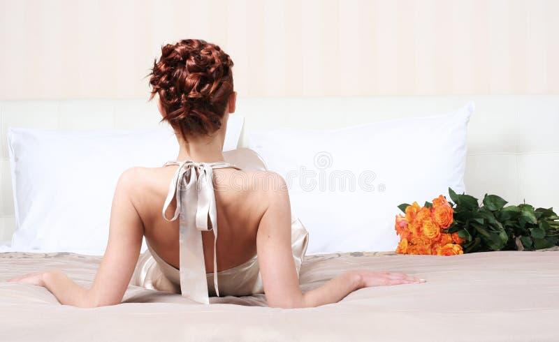 Download Op bed met bloemen stock afbeelding. Afbeelding bestaande uit manier - 10782015
