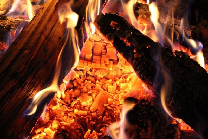 Op brand - Schalen van sintels stock afbeelding