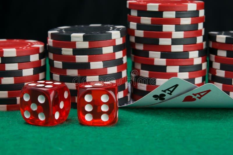 Op de achtergrond van stapels spaanders om in het casino te spelen, vouwden twee kaarten om de benaming op de groene lijst, naast royalty-vrije stock foto