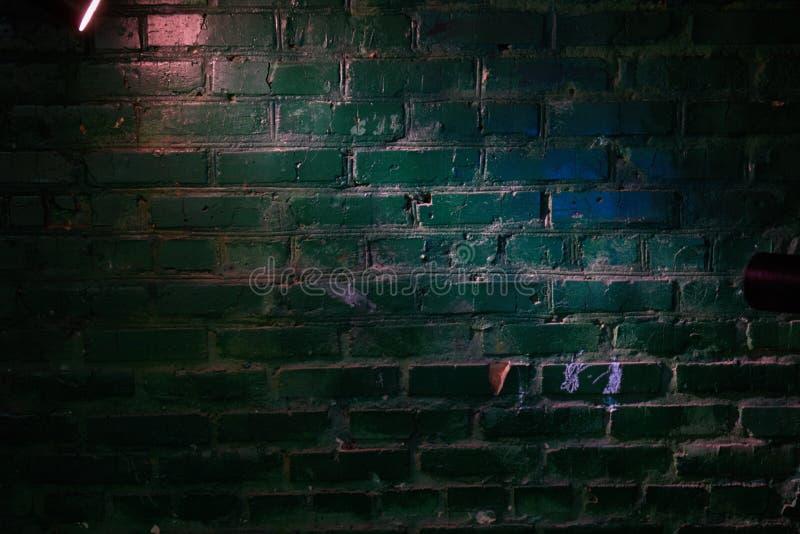 Op de bakstenen muur blauwe gloed en het witte licht van een lantaarn stock fotografie