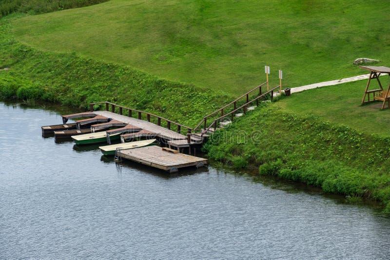 Op de banken van de tribune van rivierboten bij de pijler royalty-vrije stock afbeelding