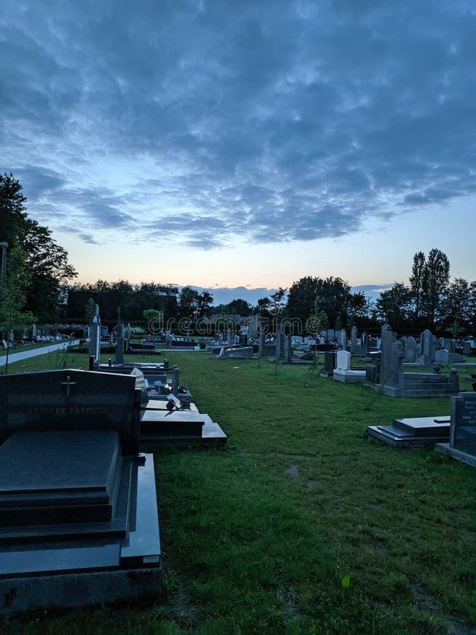 Op de begraafplaats stock foto