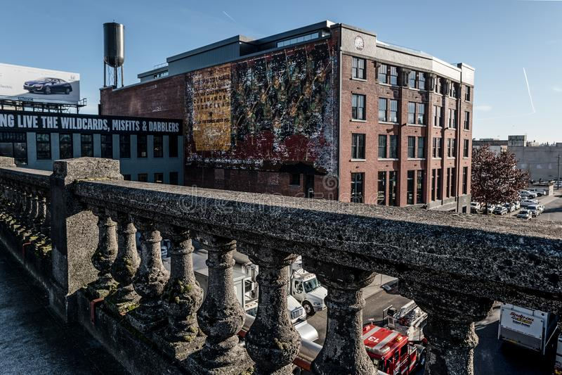 Op de Burnside-Brug die gebouwen in Portland, Oregon overzien December 2017 stock afbeeldingen