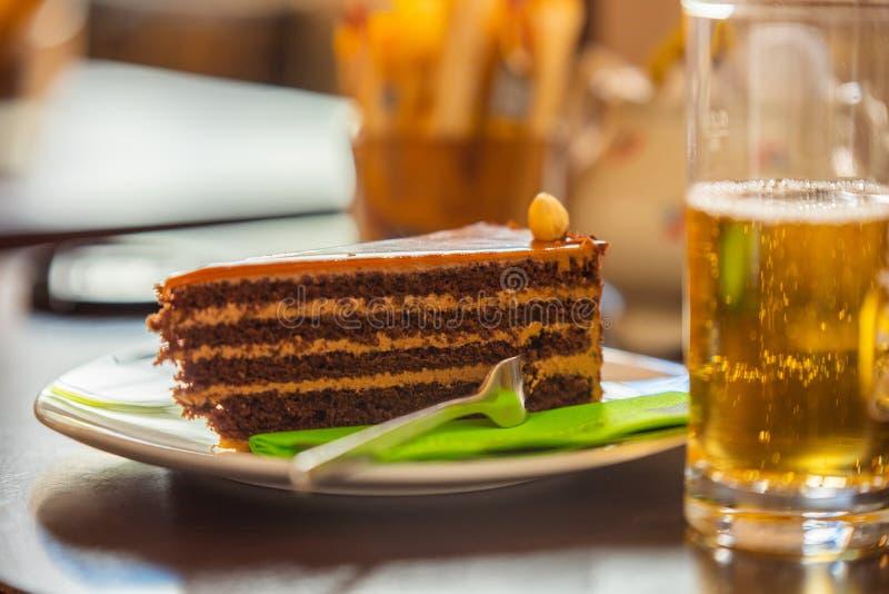 Op de dag van de warme zomer een stuk van heerlijke cake en een koele drank stock foto