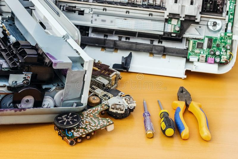 Op de Desktop is gedemonteerde materiaal en hulpmiddelen voor reparatie stock foto's