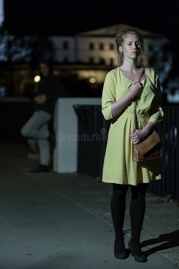 Op de donkere straat royalty-vrije stock afbeelding