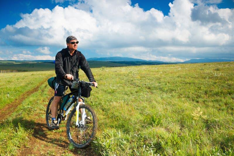 Op de fiets op een bergplateau royalty-vrije stock afbeeldingen
