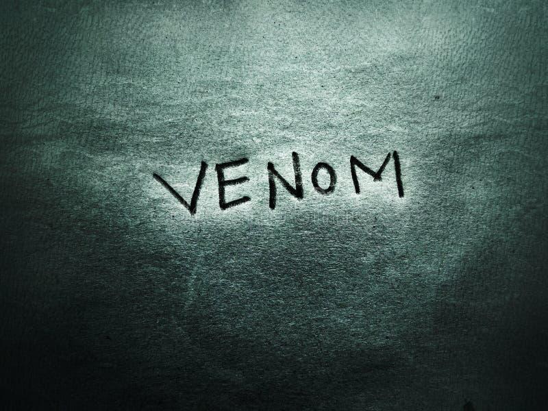 op de grijze en ruwe pagina staat het woord venom geschreven door hand pencil font . stock fotografie